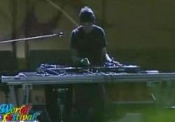 Morto il dj Claudio Coccoluto: il video di una delle sue performance Il famoso dj alla consolle sul palco World Festival on the Beach - Corriere Tv