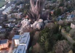 Regno Unito: la detonazione di una bomba della Seconda Guerra Mondiale causa danni a dozzine di abitazioni Centinaia di detriti sono stati lanciati ad almeno 250 metri dal sito dell'esplosione - CorriereTV