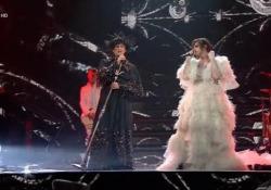 Sanremo, Achille Lauro vestito da sposa bacia Boss Doms e duetta con Fiorello Il cantante si presenta sul palco con la bandiera a bacia il suo bassista  - Ansa