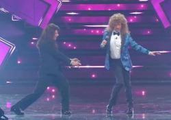 Sanremo, Amadeus e Fiorello come Sabrina Salerno e Jo Squillo cantano «Siamo donne» La canzone sul palco dell'Ariston trent'anni dopo - Ansa