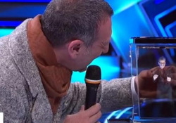 """Sanremo, Amadeus e la gag del """"piccolo"""" Fiorello: «Mi sono ristretto, mi hanno lavato male» Il divertendo siparietto nel collegamento con il Tg1 - Ansa"""