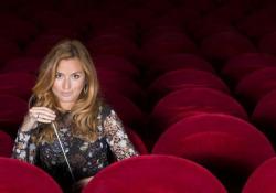Sanremo, Beatrice Venezi: «Direttore d'orchestra e donna? Ho dovuto sgomitare parecchio» La direttrice d'orchestra stasera sul palco dell'Ariston sulla meritocrazia: «Essere donna non è un merito, ma non deve essere nemmeno un ostacolo» - Corriere TV