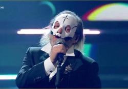 Sanremo, Extraliscio e Davide Toffolo: sul palco con la maschera per «Bianca luce nera» Il cantante in pubblico non mostra mai il suo viso, indossa sempre una maschera da teschio - Ansa