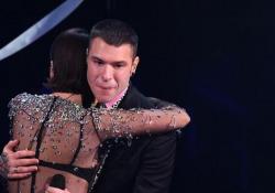 Sanremo, Fedez si commuove a fine esibizione e abbraccia Michielin I due artisti sono arrivati sul palco con una lunga striscia di stoffa per segnare la distanza prevista dai protocolli - Ansa