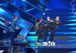 Sanremo, Fiorello in versione quadro portato via di peso Dopo l'esibizione con Achille Lauro - Ansa