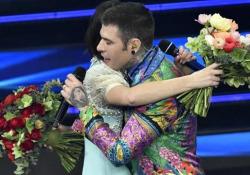 Sanremo, fiori per Fedez e Michielin: «Questi sono per voi, per tutti e due» L'abbraccio liberatorio dopo la performance del brano «Chiamami per nome» - Ansa