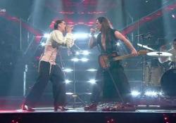 """Sanremo, i Maneskin portano il rock sul palco con Manuel Agnelli La band canta """"Amandoti"""" sul palco dell'Ariston - Ansa"""