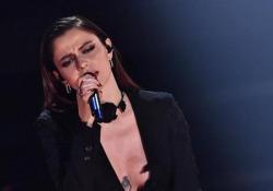 Sanremo, l'esibizione di Annalisa: è in testa alla classifica provvisoria  Mini abito nero per la cantante che si è esibita con il brano
