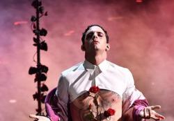Sanremo, l'ultimo quadro di Achille Lauro: trafitto da una rosa nel petto Il suggestivo monologo del cantante romano - Ansa