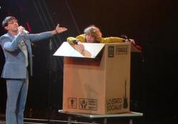 Sanremo, la provocazione de 'Lo Stato Sociale': Lodo Guenzi non canta Il frontman della band non si esibisce vocalmente, esce a metà performance da uno scatolone - Ansa
