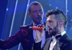 Sanremo, problema tecnico per Fasma: il microfono non funziona e Amadeus interrompe l'esibizione Amadeus blocca l'esibizione e interrompe il programma - Ansa