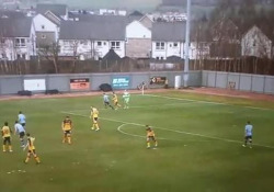 Scozia, il portiere fa autogol calciando sul difensore Il protagonista è il portiere Sam Ramsbottom del Dumbarton, squadra della terza divisione scozzese - Dalla Rete