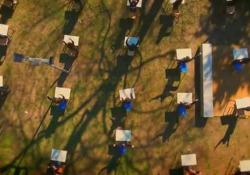 «Torneremo a scuola», il brano che canta il sogno di ritrovarsi  in classe  In anteprima il  brano di Giuseppe Anastasi che racconta come la pandemia sta limitando e cambiando le abitudini dei bambini - Corriere TV