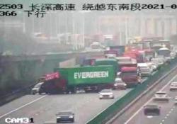 Un camion con la scritta «Evergreen» si è messo di traverso e ha bloccato il traffico su un'autostrada in Cina Un camion che trasportava un container con il logo «Evergreen» si è messo di traverso su un'autostrada in Cina - CorriereTV
