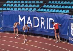 Una vittoria molto dolorosa: il giovane atleta scompare sotto la rete di protezione È successo durante le semifinali dei 60 metri piani ai campionati di atletica di Madrid - CorriereTV