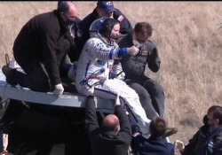 Dalla Iss alla Terra: gli astronauti Rubins, Ryzhikov e Kud-Sverchkov vengono estratti dalla navicella Atterrati in Kazakhistan, stanno bene - Ansa