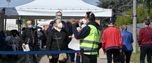 Cambia la campagna vaccini in Italia, rischio rallentamento: prenotazioni di maggio da rinviare