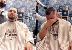 La solidarietà del barbiere: si rasa i capelli come l'amico malato di cancro  Neftalì Martìn lavora nel salone
