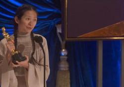 Oscar 2021, Chloé Zhao riceve il premio: il suo discorso e la poesia cinese sugli esseri umani che nascono buoni Il ricordo delle poesie recitate con il padre: