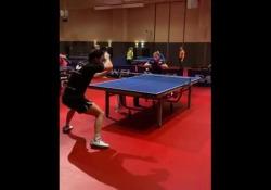 Ping pong, Wilson non sbaglia un colpo: l'allenamento è ipnotico oss Wilson sta ultimando la preparazione per le Olimpiadi di Tokyo e in un video mostra i suoi progressi - Dalla Rete
