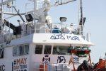 La Aita Mari con 50 migranti al porto di Augusta, lo sbarco e poi la nave quarantena