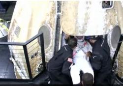 Ammaraggio riuscito, Crew Dragon di Space X è tornata sulla Terra: gli astronauti escono dalla capsula A bordo 4 uomini della Stazione Spaziale Internazionale - LaPresse/AP
