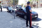 Siracusa, ubriaco in strada minaccia i passanti e ferisce un carabiniere con una catena: denunciato