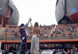 Concerto del Primo Maggio, Chadia Rodriguez con i cuori arcobaleno sul seno: «Amate chi volete» La cantante spagnola ha cantato con Federica Carta sulle note di «Bella così» - Ansa
