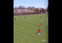 Danimarca, segna con tiro da centrocampo Il gol di Soren Smedegaard, calciatore del BK Skjold, squadra della quinta serie danese - Dalla Rete