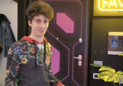 Dentro la nuova Gaming Room di Favij, tra computer sferici e webcam Lo YouTuber ci accompagna in un tour nella sua nuova Gaming Room e ci racconta tutti i segreti - Corriere Tv