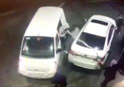 Ecco come questo guidatore alla pompa di benzina fa scappare i ladri  Senza pensarci due volte, l'uomo ha diretto il getto di benzina contro i presunti criminali - CorriereTV