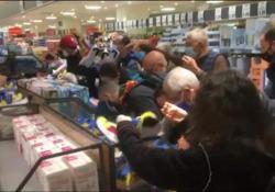 Folla per le sneakers alla Lidl di viale Ortles a Milano Ressa e assembramenti per acquistare le scarpe cult alla Lidl di viale Ortles a Milano - Corriere Tv