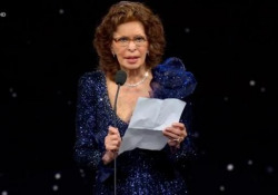 «Madonna mia, aiutatemi», l'emozione di Sophia Loren ai David di Donatello Premiata come «Miglior attrice protagonista» per