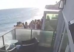 Malibu, crolla il balcone durante un party: 15 ospiti cadono nel vuoto Nove le persone ferite. L'appartamento era stato preso in affitto - CorriereTV