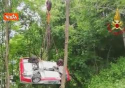 Paura al rally di Vicenza, auto finisce nella scarpata e si ribalta più volte: illesi i due piloti  I Vigili hanno impiegato circa due ore per recuperare il mezzo - CorriereTV