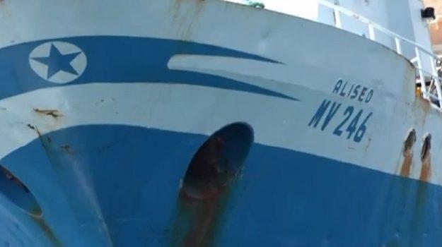 """Il peschereccio attaccato in Libia fa rotta verso Mazara, il comandante ferito: """"Siamo vivi per miracolo"""""""