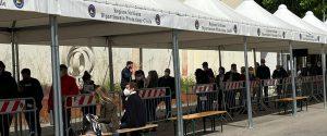 Gente in fila nell'hub della Fiera di Palermo in attesa di essere vaccinata