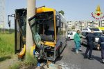 Bus Amt si schianta contro un palo della luce a Catania: sette feriti, due sono gravi