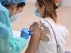 Una ragazza riceve il vaccino
