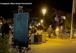 Bono Vox avvistato all'Isola d'Elba: riconosciuto dai fan Passeggiata serale per il leader degli U2. L'applauso degli ammiratori - Ansa