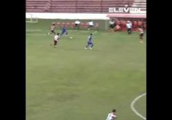 Brasile, il tiro a giro è imparabile È la prodezza di Radsley, calciatore del Sao José Esporte Clube, squadra del campionato paulista brasiliano - Dalla Rete