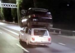 «Car sharing» in salsa russa: un'auto sopra l'altra in autostrada Il filmato catturato da un automobilista nella regione di Krasnodar - Dalla Rete