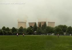 Inghilterra, si gioca la partita di calcio ma sullo sfondo viene demolita la centrale termoelettrica È successo durante il match tra Brereton Lion FC e Dormans, a Rugeley nello Staffordshire - Ansa