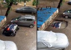 India, un'auto viene inghiottita dalla voragine nel parcheggio Il video registrato in un quartiere residenziale a Mumbai, in India - Dalla Rete