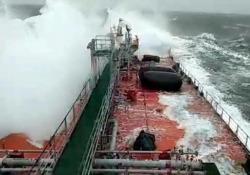 Mar Baltico, la petroliera russa travolta da una enorme onda: distrutto il ponte Una petroliera russa viene travolta da un'onda anomala durante una forte tempesta nel Mar Baltico - Dalla Rete