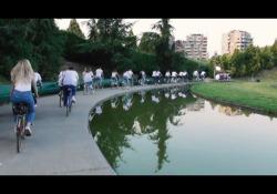Mengoni a San Siro. In bicicletta: il video Il 19 giugno 2022 il cantante farà un concerto allo stadio. Ecco come ha deciso di presentarlo  - Corriere Tv