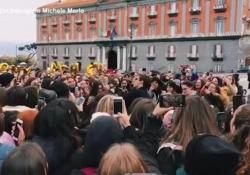 Michele Merlo e l'amore per le sue fan: le immagini mentre canta insieme a loro A Napoli con la chitarra in strada e in un locale di Milano - Ansa