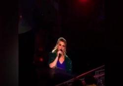 Michele Merlo, Emma Marrone gli dedica il concerto: «Forza Micky» La cantante durante il suo live all'Arena di Verona. Emma era stata coach di «Mike Bird» ad Amici nel 2017 - Corriere Tv