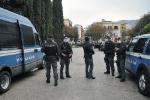 L'intervento delle forze dell'ordine in piazza Magione