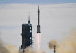 Spazio, la Cina manda i primi astronauti sulla sua nuova Stazione spaziale: il video del decollo Sarà la missione più lunga mai intrapresa da Pechino - Ansa